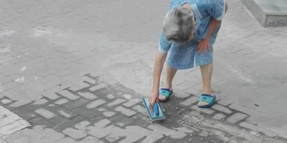 Cazzuola, cemento e secchio: ripara da sola il marciapiede davanti a casa. Giovanna, la nonna di 87 anni cittadina modello di Palermo
