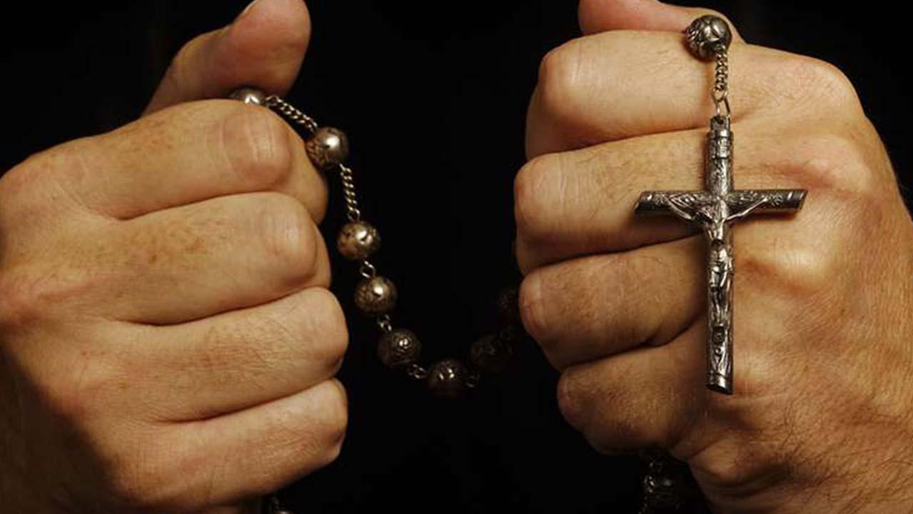 La moglie si apparta con il prete: scoppia la rissa, il marito incassa i pugni del sacerdote