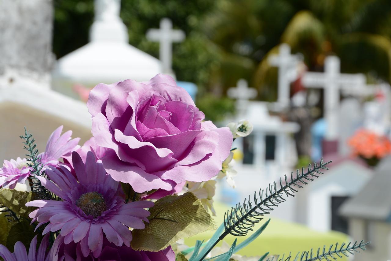Doveva uscire con le amiche ma ha un malore: la figlia la trova morta in casa a 47 anni