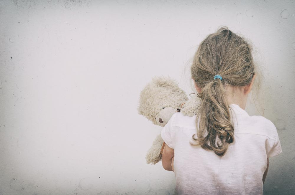violenza su bambina dal patrigno