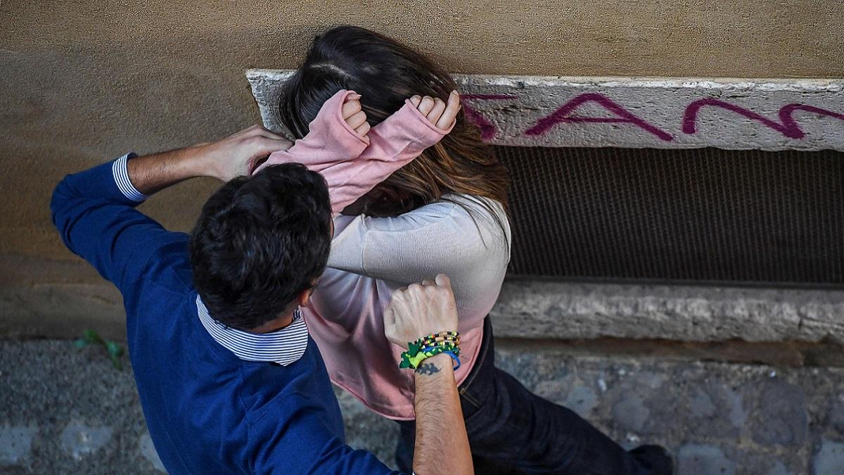 L'ex marito la picchia durante una festa di paese, salvata dai passanti