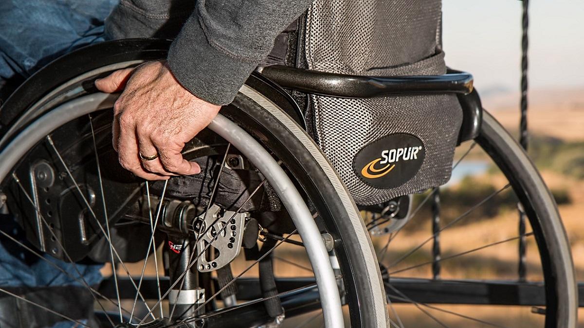 Disabile usa la carrozzina come arma per investire due anziane alla fermata dell'autobus