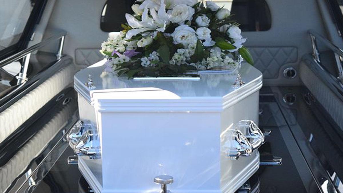 Il fidanzato muore prima delle nozze, lei sposa il suo cadavere