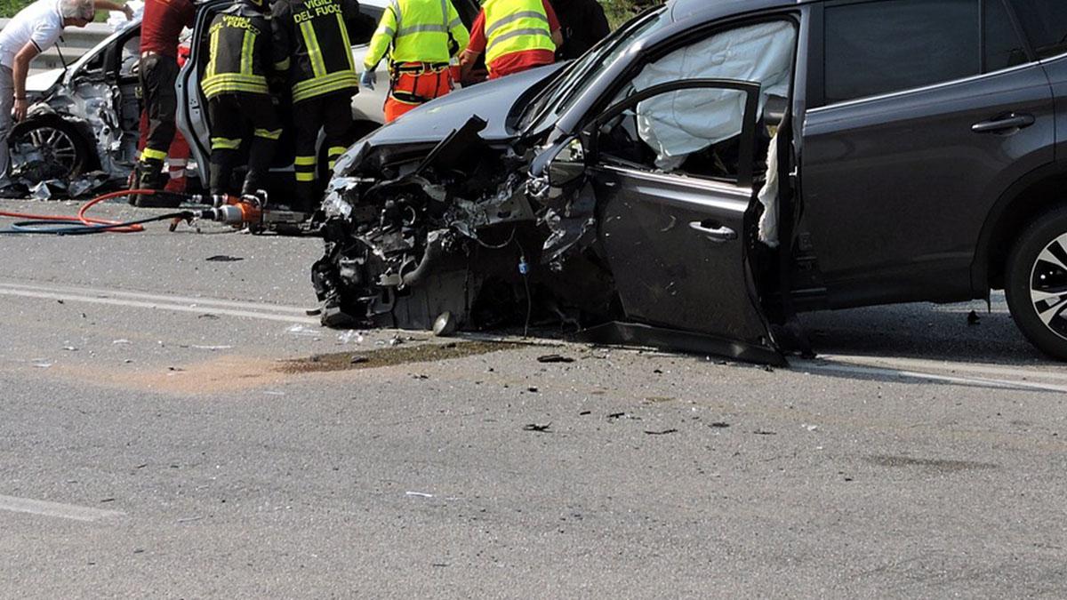 Tragedia sull'A8: scende dall'auto per salvare le figlie, muore travolta davanti ai loro occhi