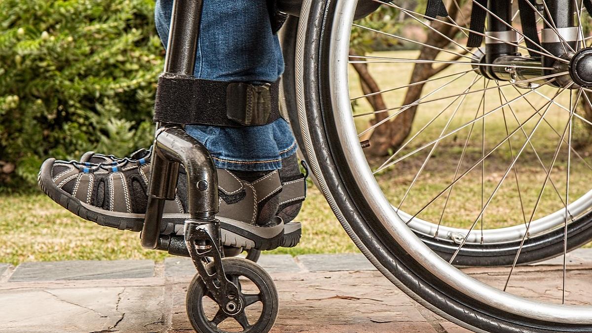 Bimba di 6 anni si prende cura del padre disabile: la moglie è scappata