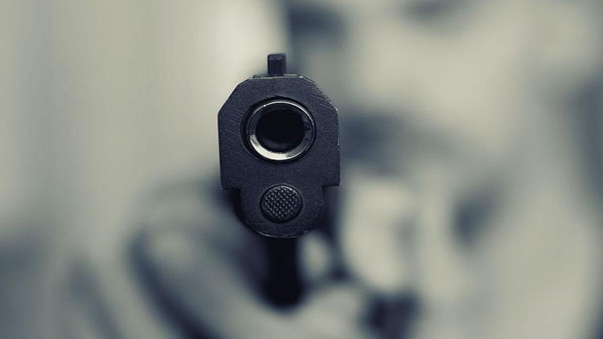 Bulli puntano la pistola in testa a un 13enne: indignazione dopo video virale