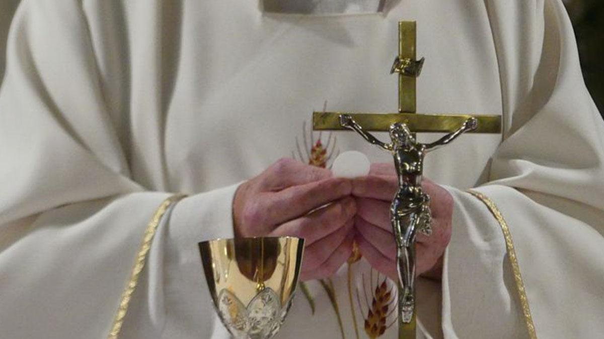 Ischia, il prete annuncia che presto sarà padre: sospeso