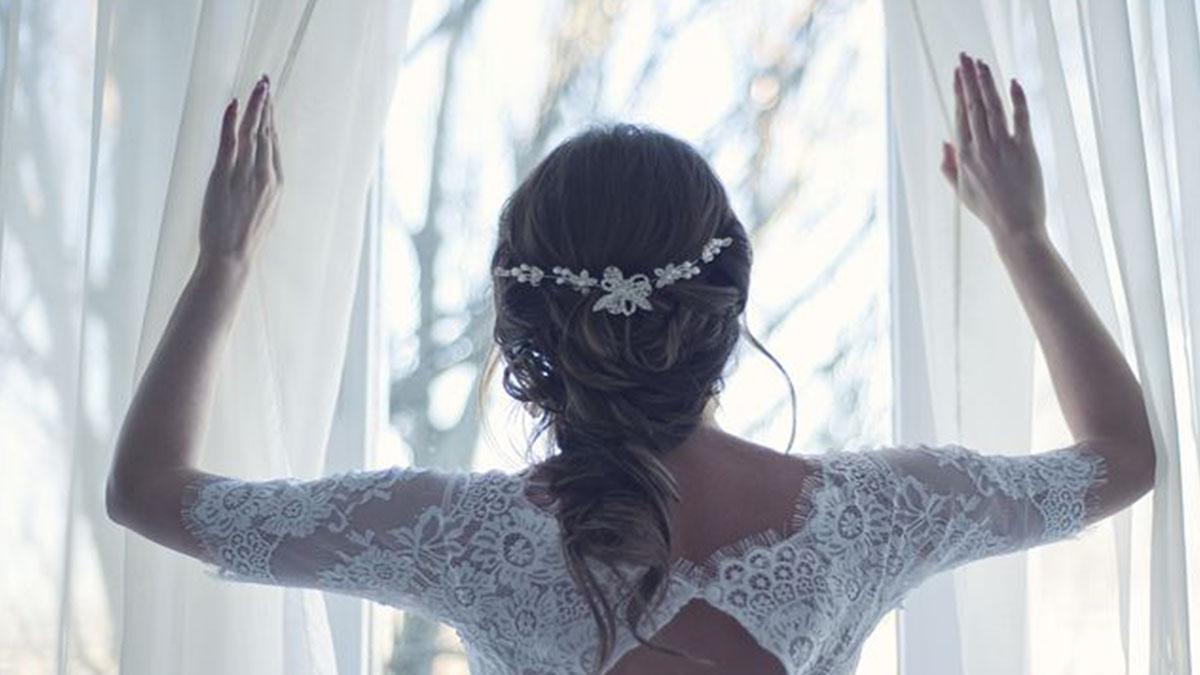 Il fidanzato muore prima delle nozze, lei piange sulla tomba con l'abito da sposa