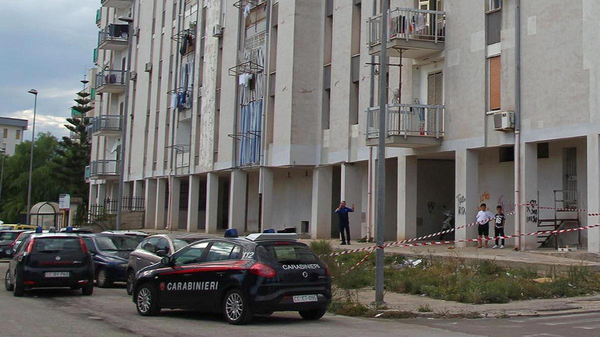 Taranto, padre lancia la figlia dal balcone: il legale rinuncia all'incarico per questioni etiche