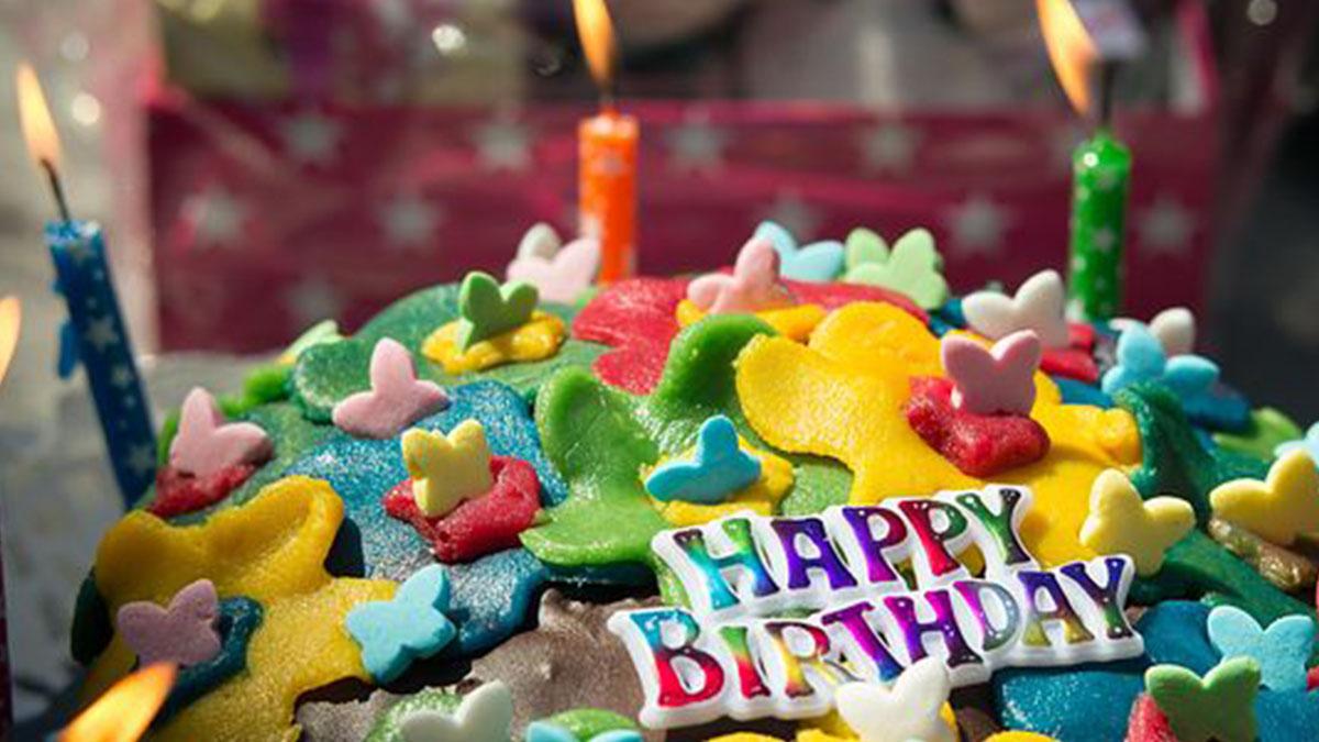Invita gli amichetti al compleanno, nessuno si presenta: la foto commuove il mondo