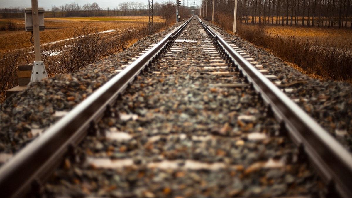 Delhi: bambina senza tetto di 2 anni rapita, violentata e abbandonata sui binari del treno