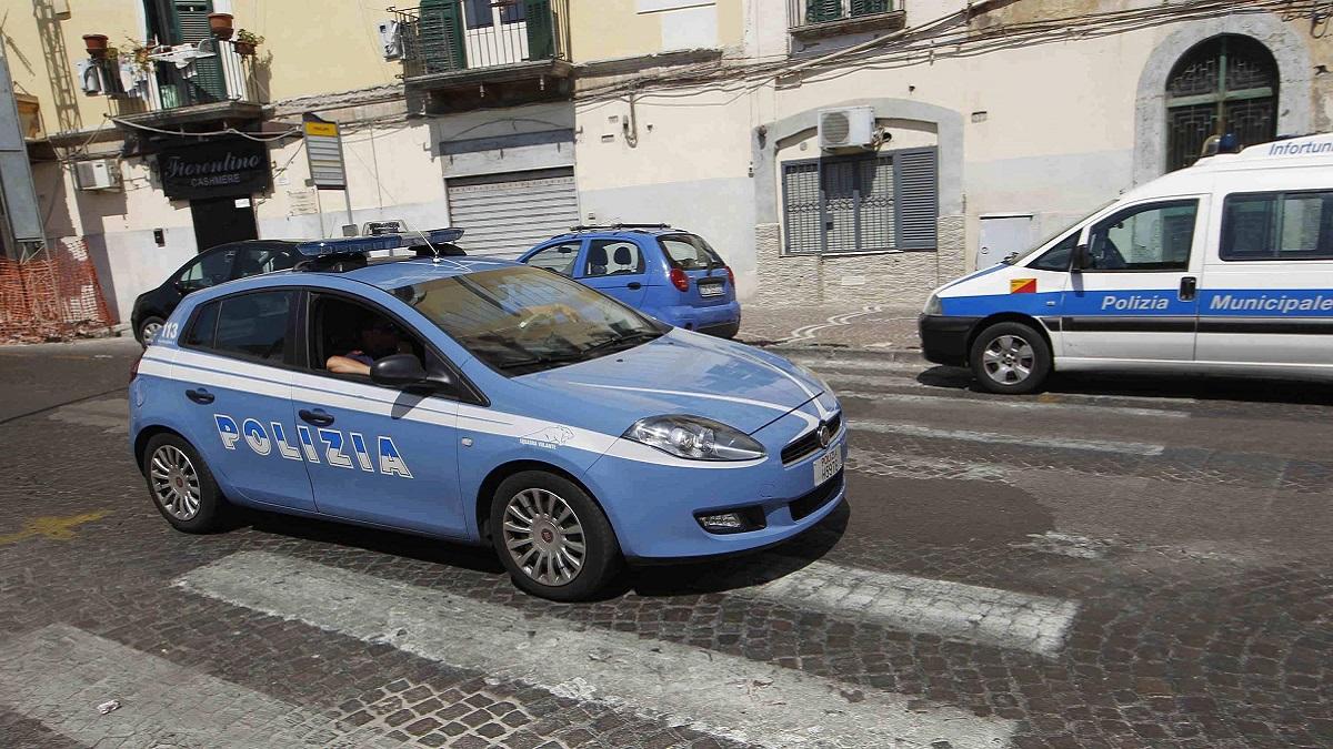 Lecce, 19enne aggredita in casa: tentano di spogliarla ma riesce a fuggire