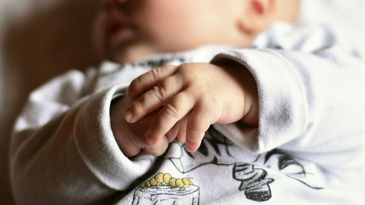 Gemelline appena nate gettate da un'auto in corsa: una muore sul ciglio della strada