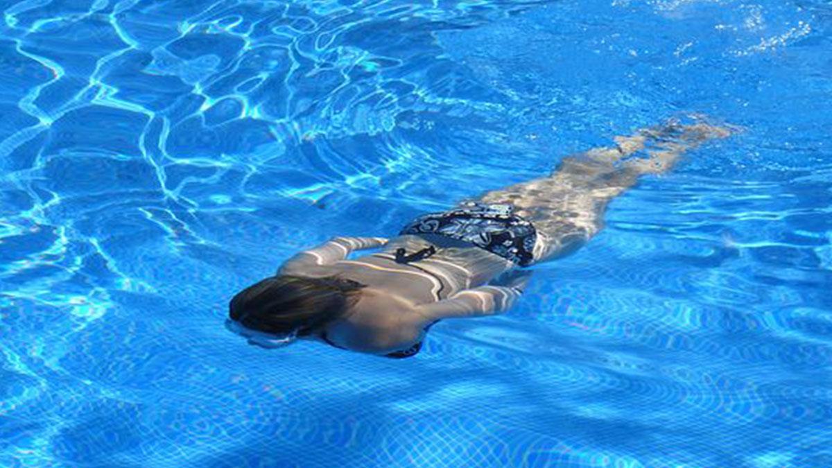 In piscina con le lenti a contatto: contrae un'infezione e perde un occhio
