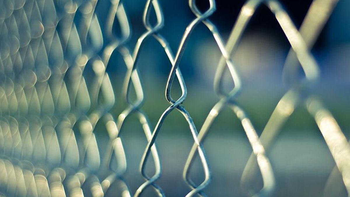 Mamma migrante resta infilzata sulla recinzione al confine davanti ai figli
