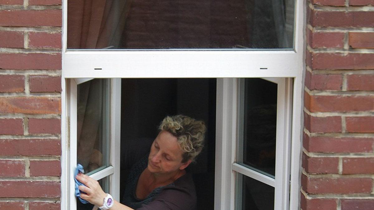 La foto di una donna che lava i vetri viene condivisa dalla polizia: ecco perché fare attenzione