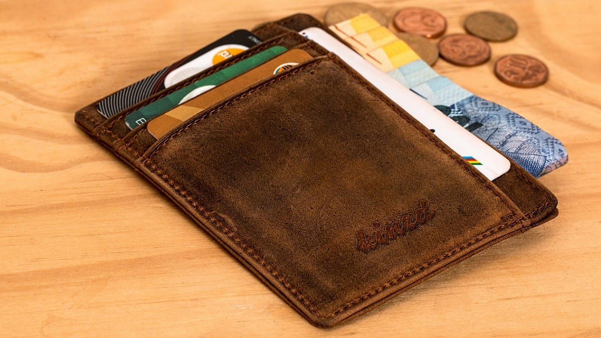 Due ragazzi trovano un portafogli e lo portano agli insegnanti: era di un pensionato che aveva appena ritirato la pensione