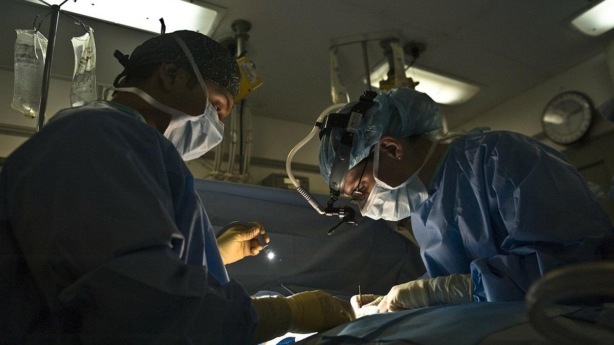 India: separate con successo due gemelle siamesi di 3 giorni unite per lo stomaco