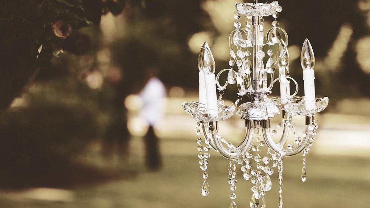 Si fidanza con il suo lampadario e se lo tatua sul braccio: l'amore impossibile di Amanda