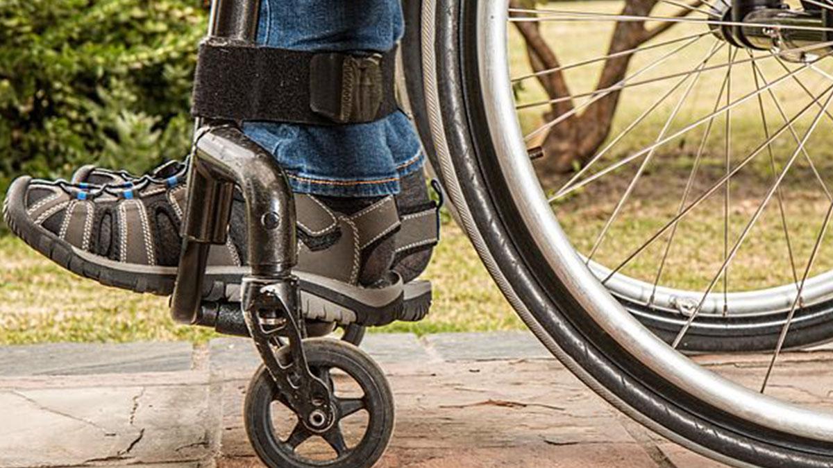 Mamma di un bimbo disabile costretta a portarlo su e giù per le scale: dal Comune nessun aiuto