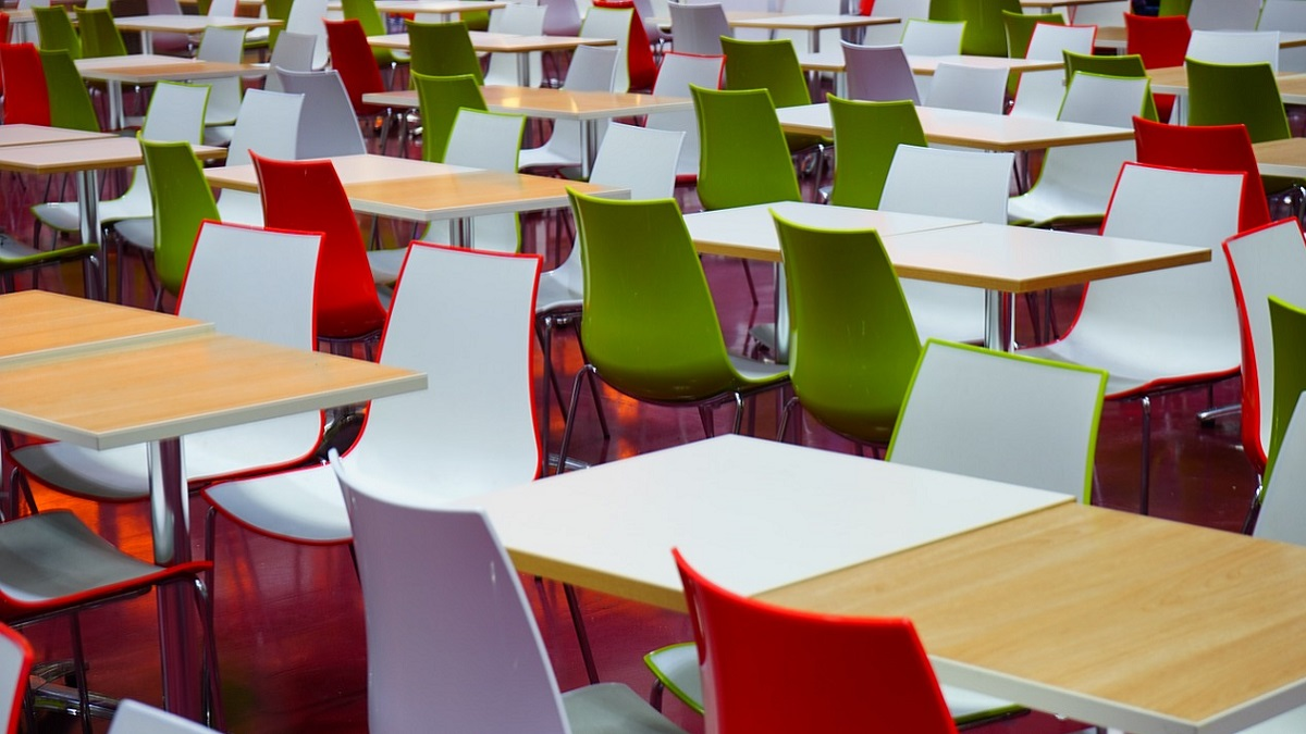 Cibi scaduti nella mensa della scuola: sanzioni e sequestro di 60 kg di alimenti