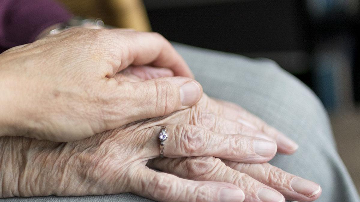 Scopre che sua madre è ancora viva dopo 61 anni di ricerche: 81enne ritrova la famiglia