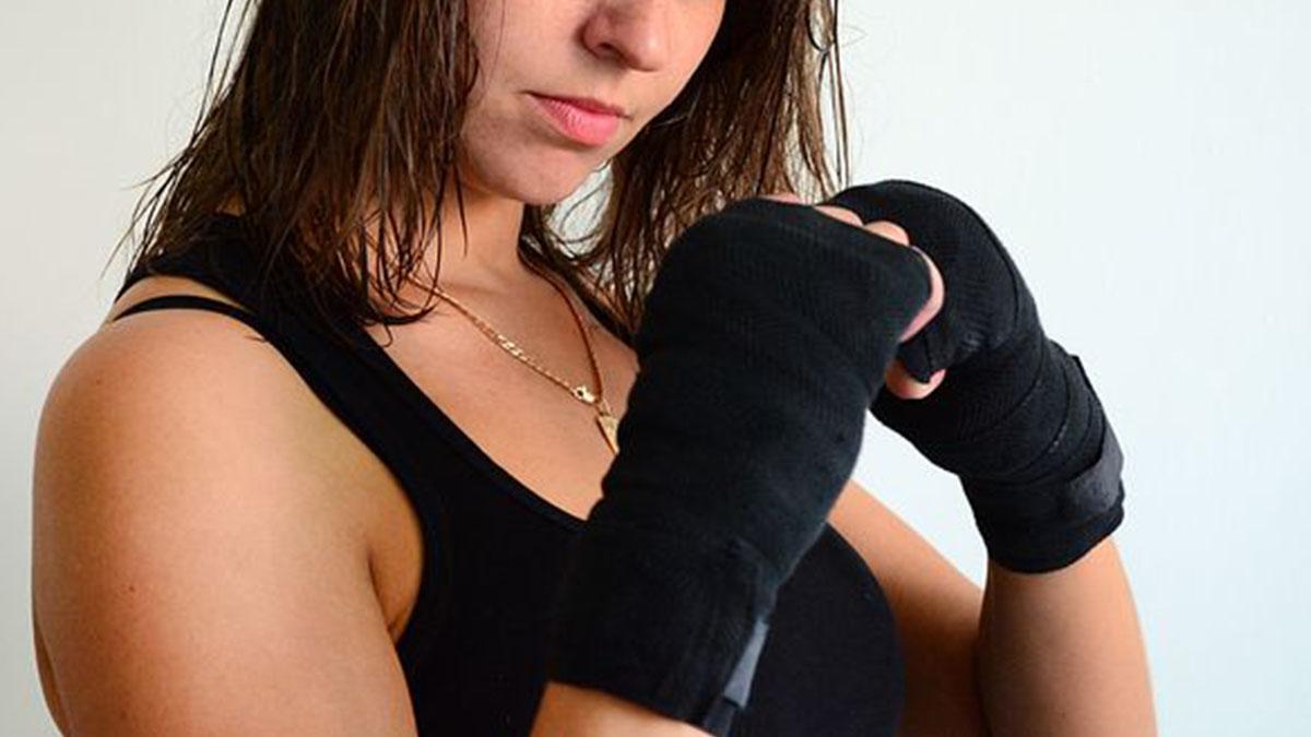 Tenta di rapinarla ma è una lottatrice professionista: aggressore sfigurato