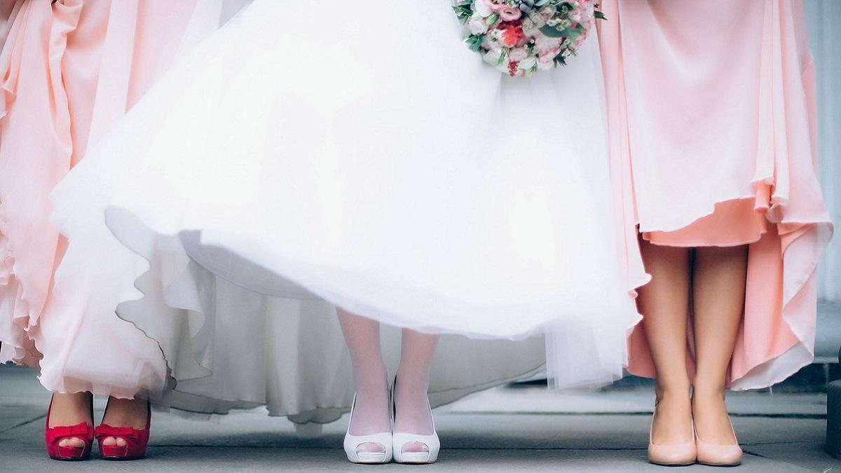 Rissa al ricevimento di nozze: due invitate si contendono il bouquet della sposa