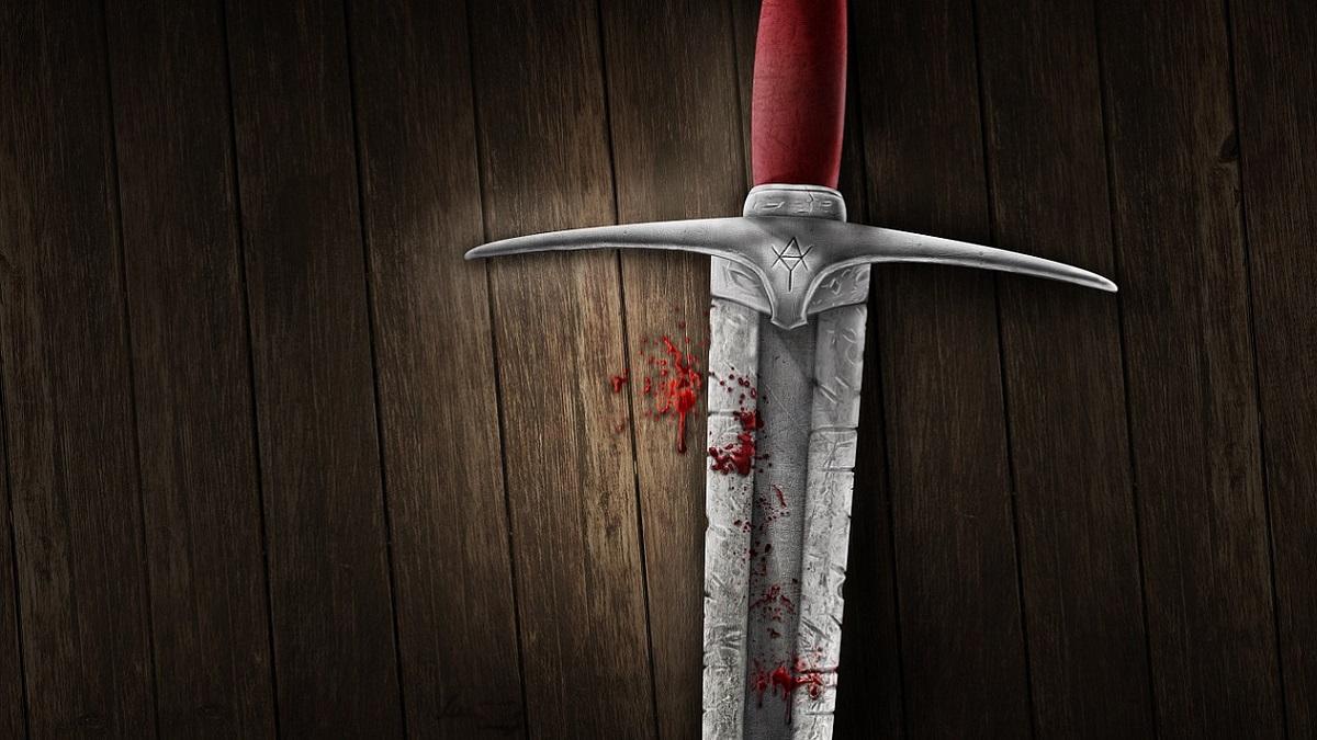 Scopre il fidanzato su Tinder e lo aggredisce con una spada da samurai: 'Volevo ucciderlo'