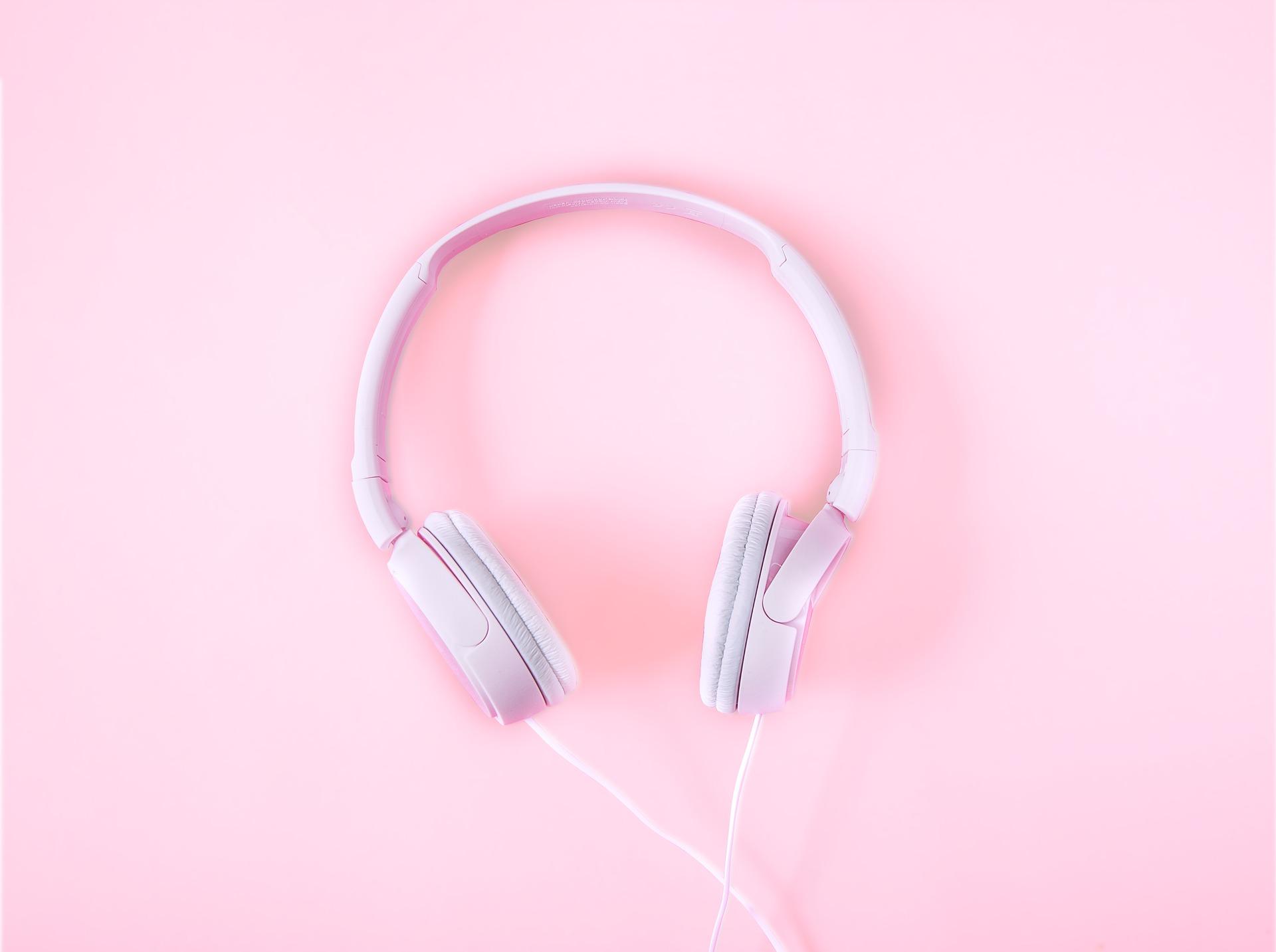 cuffie su sfondo rosa