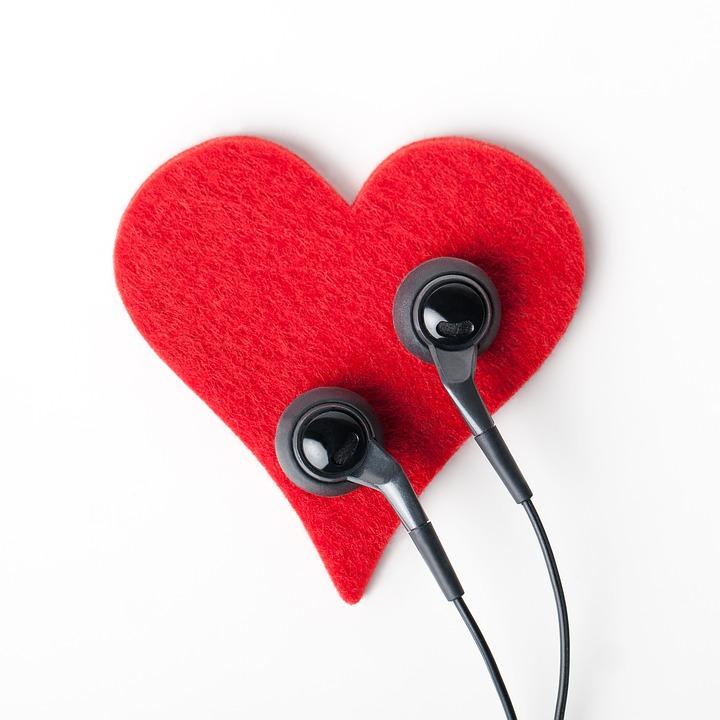 auricolari con cuore rosso