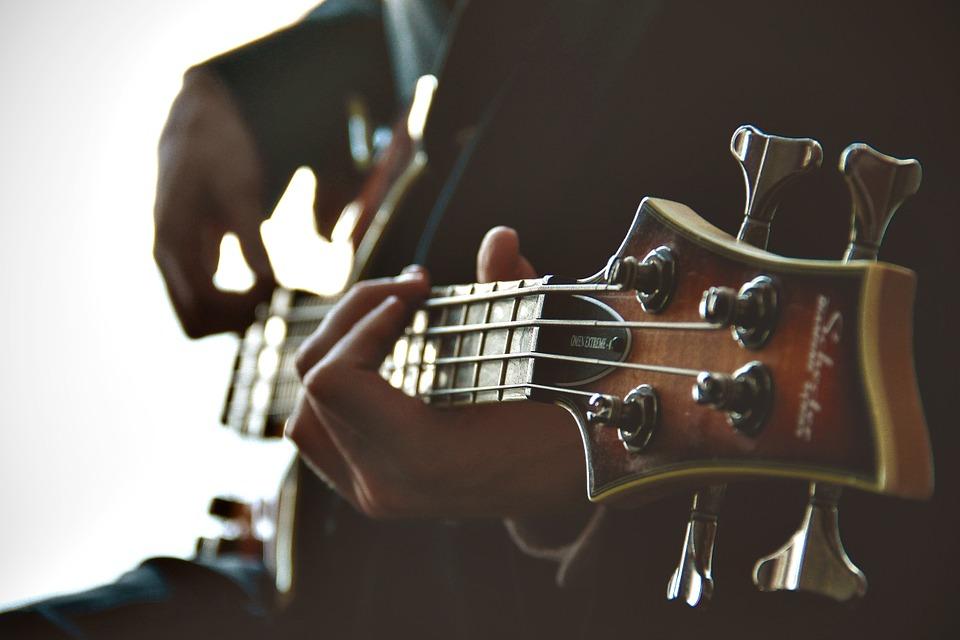 ragazzo suona la chitarra