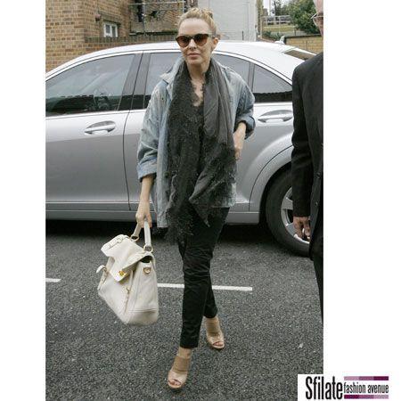 Kylie Minogue con una borsa Miu Miu