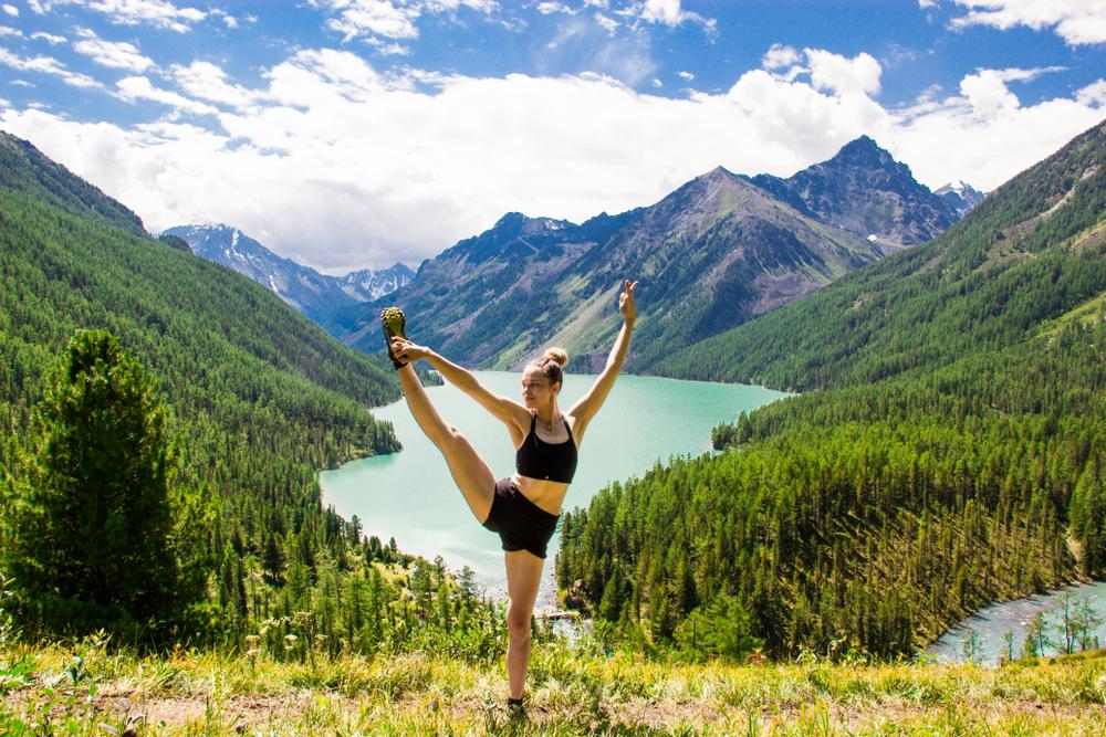 Rilassarsi nel verde con i corsi di yoga sulle Alpi