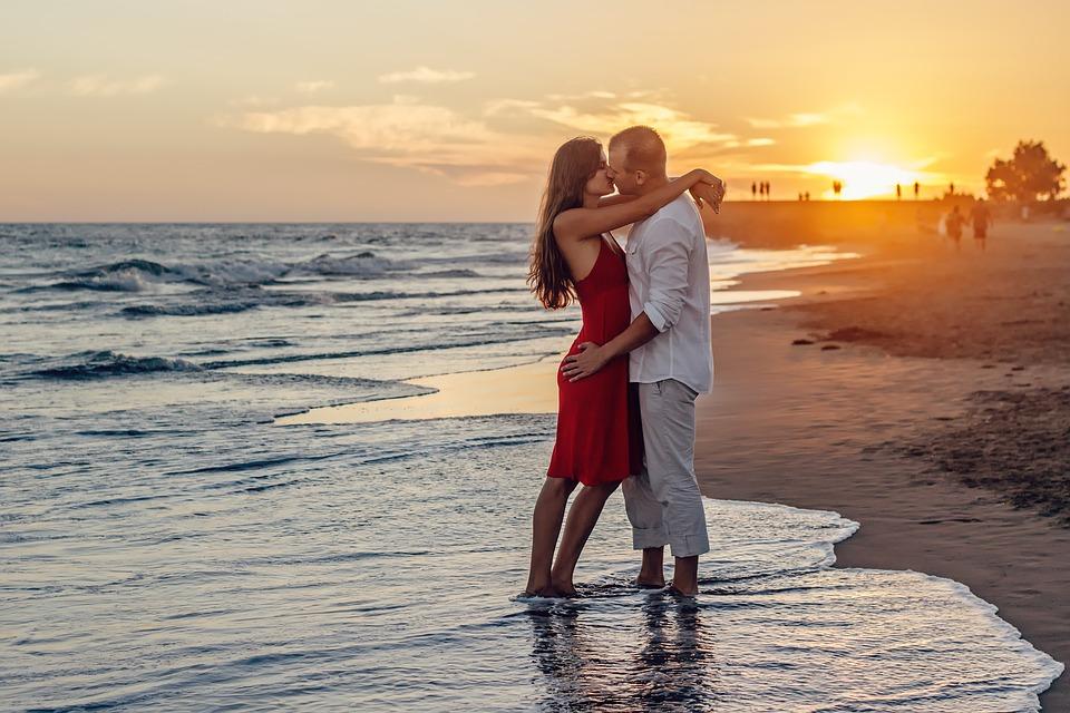 coppia che si bacia in riva al mare