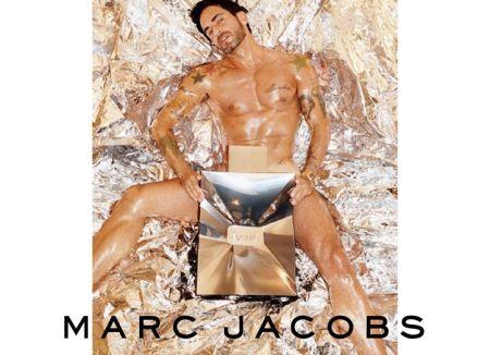 Marc Jacobs posa nudo per il profumo Bang