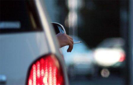 Il fumo in auto fa male anche con il finestrino abbassato