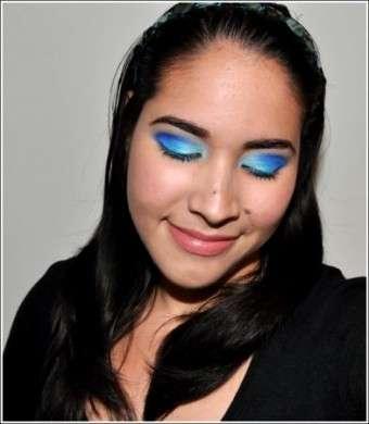 Trucco occhi: azzurro intenso per le serate estive