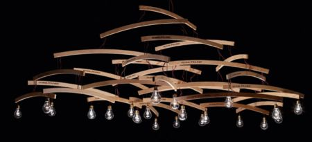 Arredamento: il lampadario fatto con le grucce