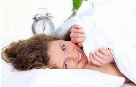 Mal di schiena: foto delle posizioni per dormire bene