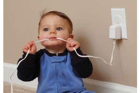 bambino e filo elettrico