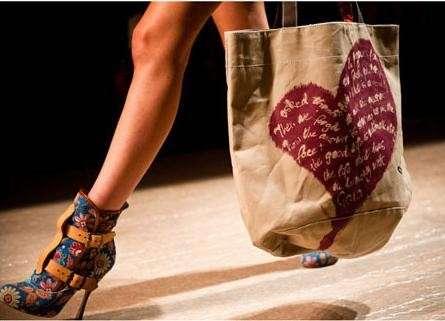 Vivienne Westwood Africa Bags sfilata