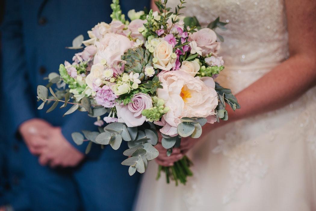 coppia di sposi durante il matrimonio