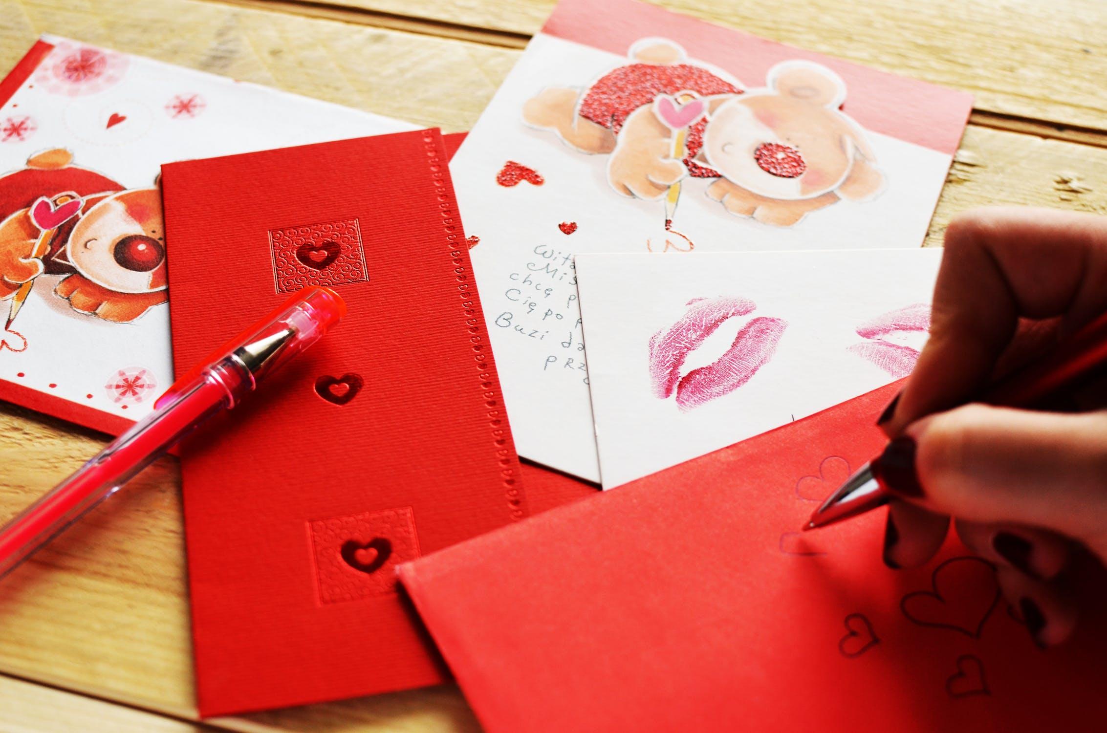 busta rossa con cuori e lettera dolce