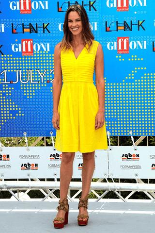 Solare e chic, l'abito giallo di Hilary Swank firmato Tory Burch