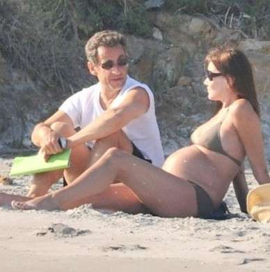 Il pancione di Carla Bruni, la First Lady e il marito si rilassano al mare