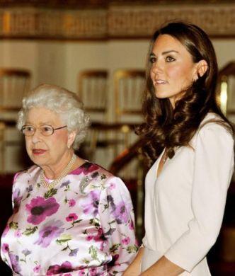 Kate Middleton, con un look perfetto, visita insieme alla regina la mostra a Buckingham Palace