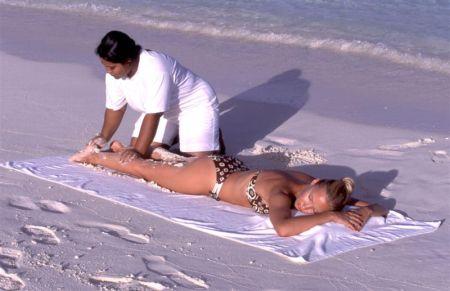 Ecco perché i massaggi in spiaggia sono pericolosi e vietati