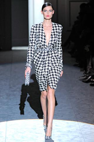 L'abito Salvatore Ferragamo in pied de poule è amatissimo dalle star!