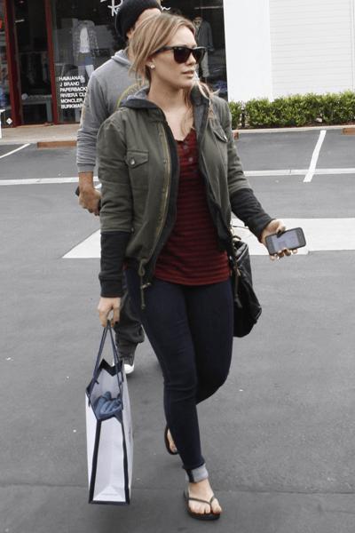 Il look casual ma griffato di Hilary Duff completato dalle immancabili Havaianas!